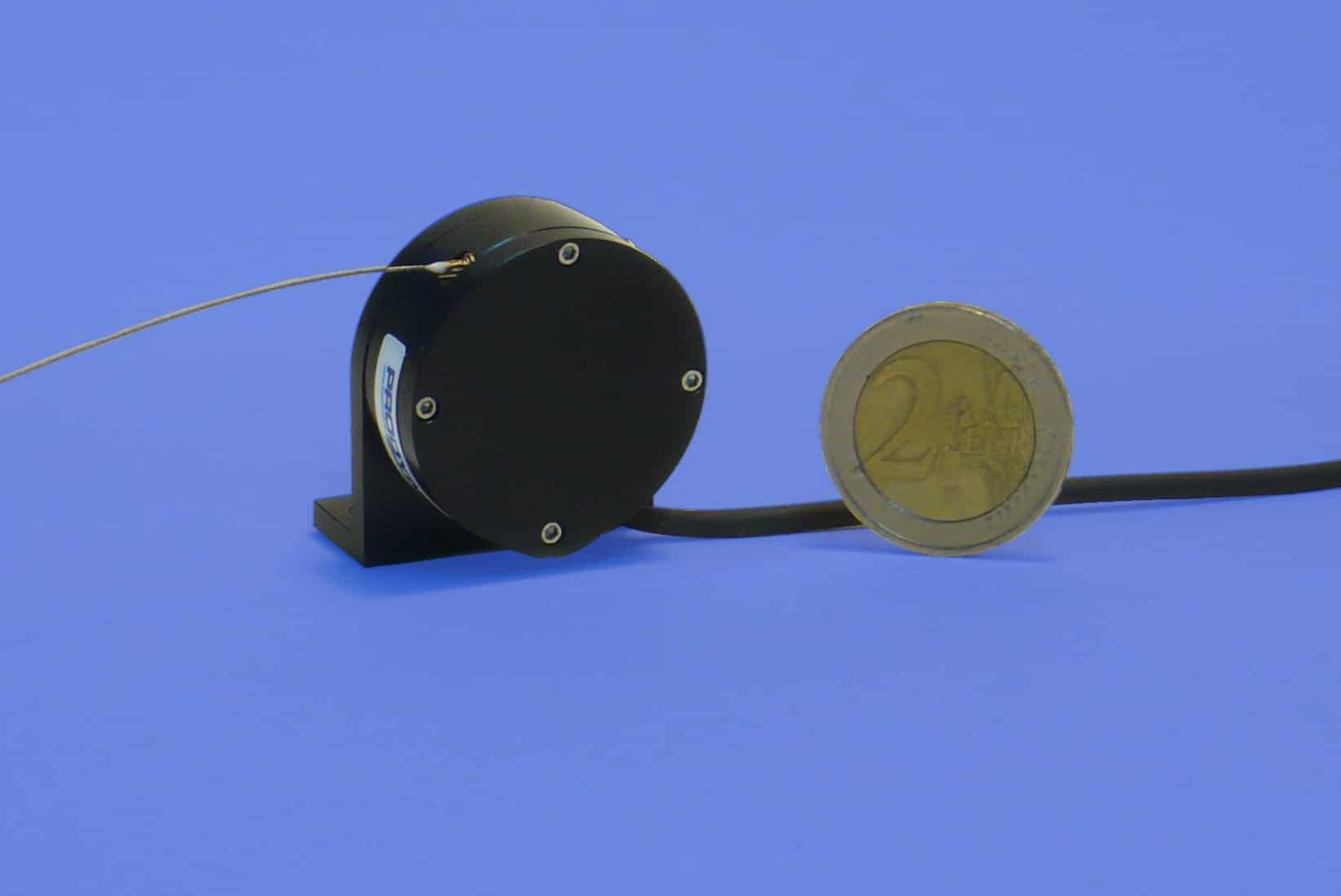 Seilzugpotentiometer 173 Größenvergleich Münze nebeneinander